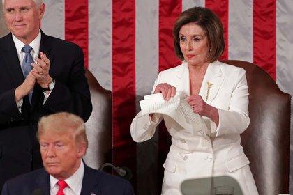 La líder demócrata de la cámara baja Nancy Pelosi rompe la copia dle discurso del Estado de la Unión que acaba de terminar de pronunciar el presidente Donald Trump (4 de febrero)