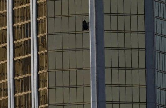 La ventana del hotel Mandalay Bay desde la que Paddock disparó a la multitud (Reuters)