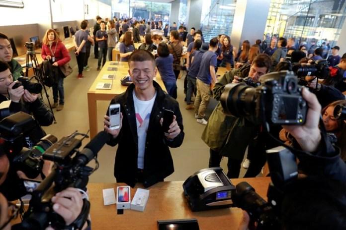 El primer comprador de un iPhone X enBeijing, China (REUTERS/Damir Sagolj)