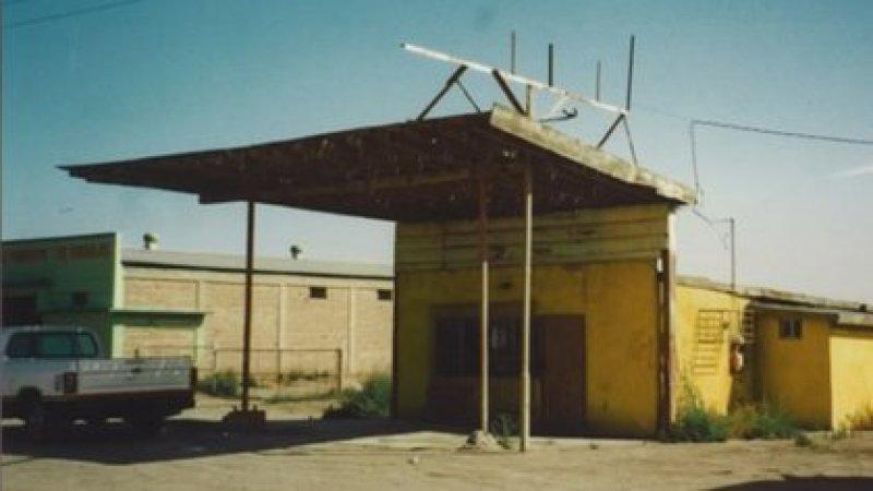La estación de servicio de Mexicali en la que trabajó desde los 4 años junto a su familia. Vivían detrás de ella. (Gentileza Clínica Mayo)