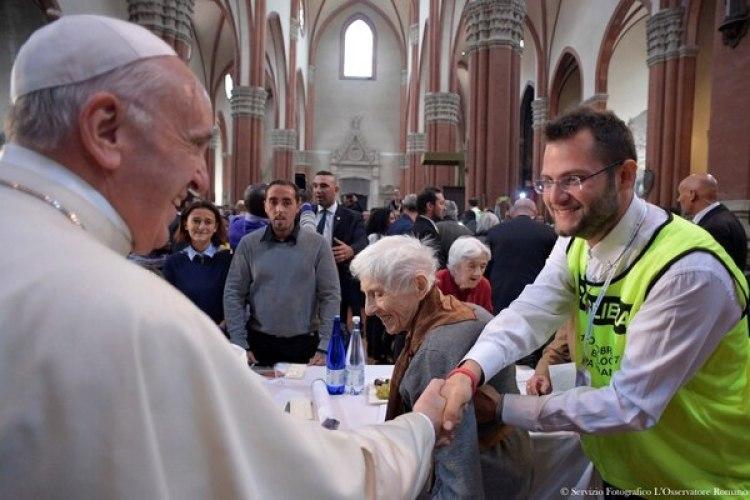 El Papa saluda a voluntarios y asistentes al evento (Reuters)