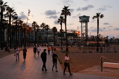 Atardecer en la playa de la Barceloneta, en Barcelona, este sábado  (Photo by Pau Barrena / AFP)