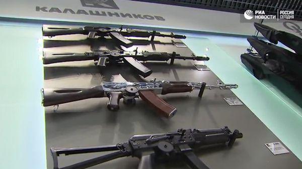 Se encontraron fusiles de la familia el AK-47 a bordo de una camioneta abandonada por la banda de ladrones(ria.ru)