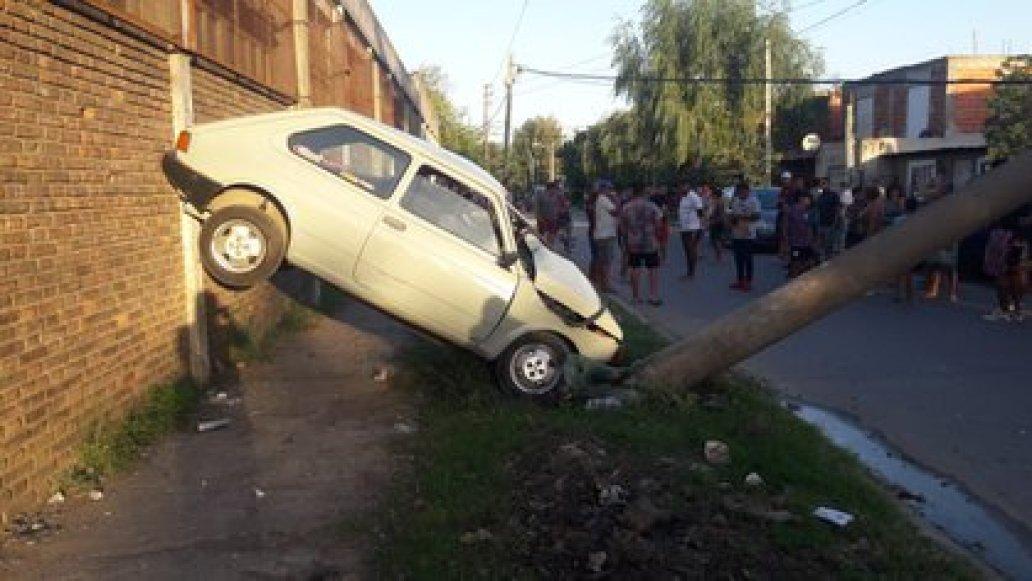 El auto quedó destruido por el impacto: la madre del menor aseguró que lo tomó sin permiso.