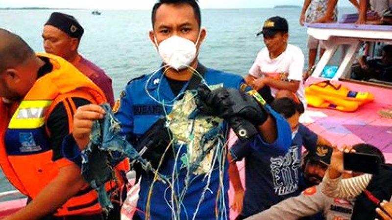 Pescadores de la zona mostraron restos del avión (@Aviaforaviators)
