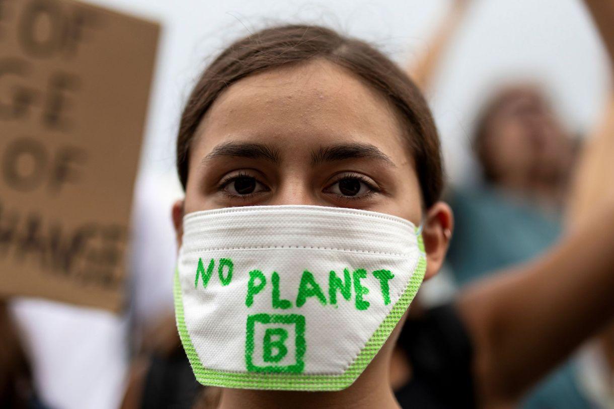 """Un estudiante griego lleva una máscara con la leyenda """"No hay planeta B"""" durante un mitin del movimiento """"Viernes por el Futuro"""" en Atenas, Grecia, el 20 de septiembre de 2019 (REUTERS/Alkis Konstantinidis)"""
