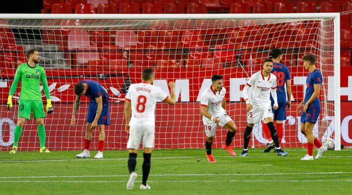 Marcos Acuña del Sevilla celebra luego de anotar el 1-0 frente al Atlético de Madrid por La Liga Santander del fútbol español en el Estadio Ramón Sánchez-Pizjuán de Sevilla (Sevilla)