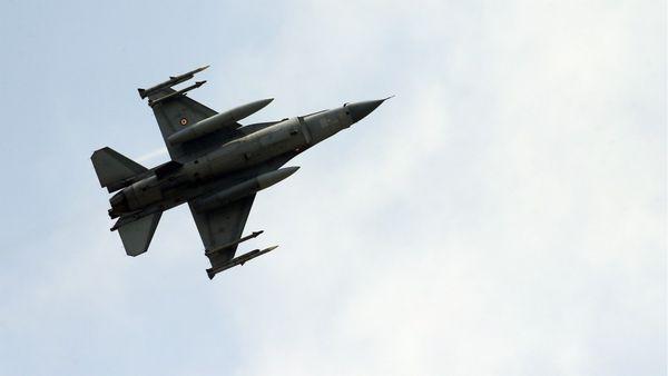 Bagdad utilizó sus cazas F-16 para bombardear por primera vez un pueblo sirio en febrero (AP)