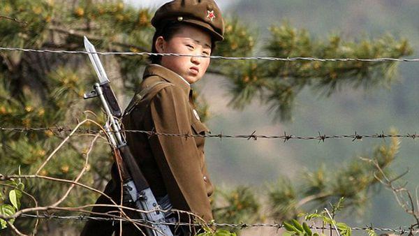 Una soldado norcoreana en la frontera con Corea del Sur. También al norte las cosas podrían complicarse para Pyongyang