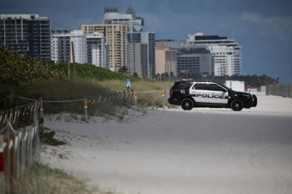Un auto de la policía en una playa de Miami Beach (REUTERS/Carlos Barria)
