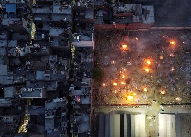 Una cremación masiva de víctimas que murieron por complicaciones relacionadas con la enfermedad del coronavirus en Nueva Delhi, India, el 22 de abril de 2021. Imagen tomada con un dron.