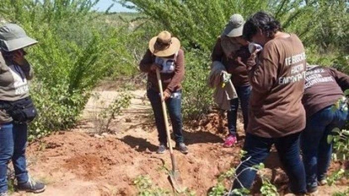 Integrantes de la organización Guerreras Buscadoras, quienes realizan detecciones de fosas clandestinas en Guanajuato (Foto: Especial)