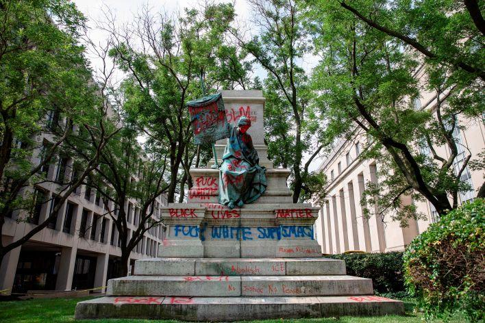 El pedestal vacío de la estatua del general confederado Albert Pike derribada y vandalizada, cerca de Judiciary Square, en Washington DC (EE.UU.) EFE/Samuel Corum