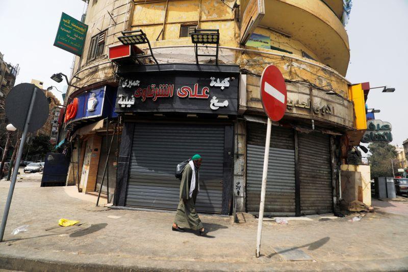 Un hombre pasa frente a tiendas cerradas ante la propagación de la enfermedad del coronavirus (COVID-19) en El Cairo, Egipto, 27 de marzo de 2020. REUTERS/Amr Abdallah Dalsh