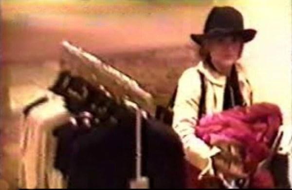 Una cámara de seguridad captó el momento en que la actriz guarda ropa en su bolso