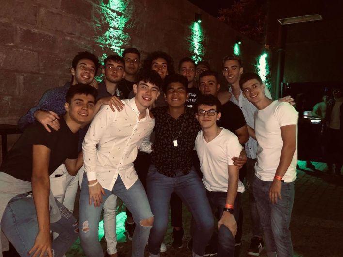 Fernando, en el medio con camisa negra, junto a sus amigos en el boliche Le Brique (@gaston.muzlera)