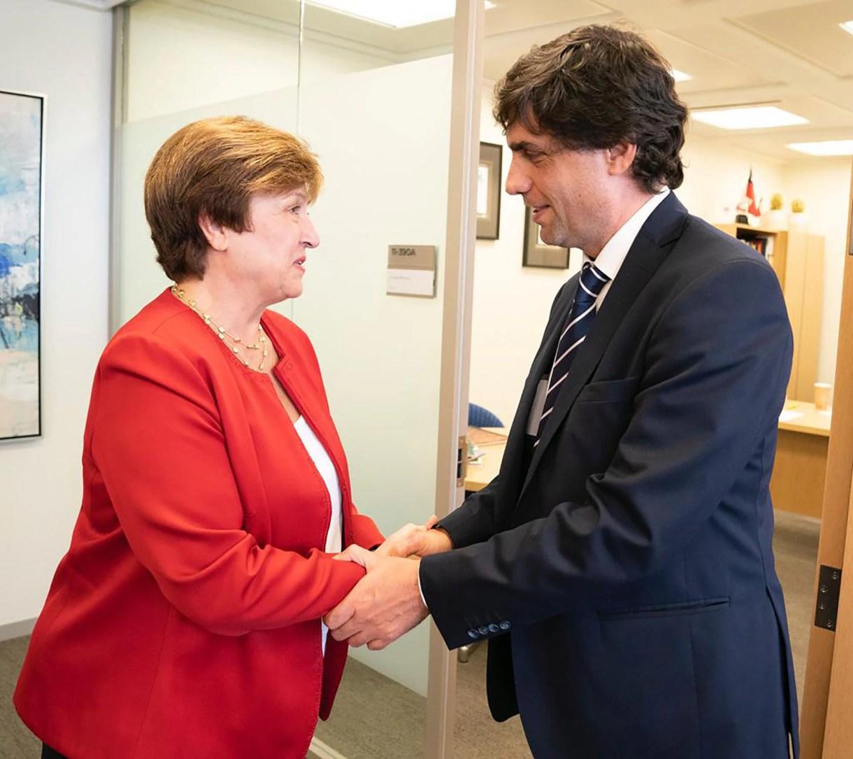 Kristina Georgieva, directora gerente del FMI, y Hernán Lacunza, ministro de Hacienda, en su primer contacto oficial en Washington