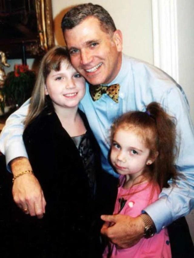 A pesar tener una restricción para acercarse a Mary Jean, la justicia dejaba que John visitara a sus hijas. Consideraban que siempre se había comportado bien con ellas (AP)