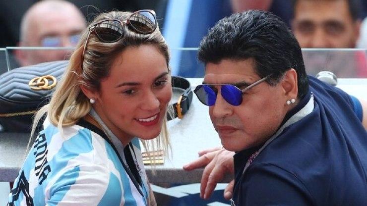 Maradona llegó junto a su pareja Rocío Oliva
