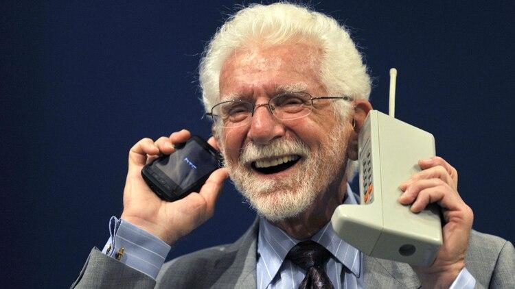 El ingeniero estadounidense Martin Cooper con un Motorola DynaTAC ( (el primer teléfono celular) y el modelo más reciente de la empresa en 2009. (Foto: Reuters – Archivo)