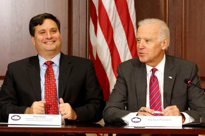 Joe Biden junto a Ron Klain. REUTERS/Larry Downing/File Photo