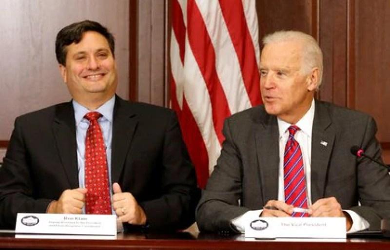 Ron Klain, el jefe de gabinete del nuevo presidente de EEUU, cumplió ese mismo papel durante la vicepresidencia de Biden y coordinó la respuesta al ébola nombrado por Barack Obama. (REUTERS/Larry Downing)