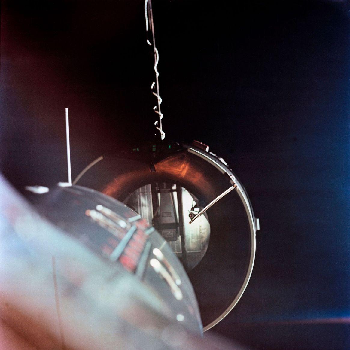 Ilustración del Gemini 8 aproximándose al Agena para el primer acoplamiento de dos naves espaciales en órbita el 16 de marzo de 1966 (Shutterstock)