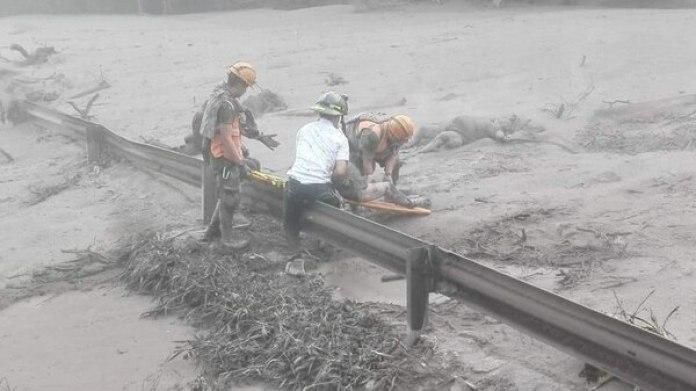 Fotografía cedida por el Ministerio de Defensa de Guatemala, muestra a personal de emergencia rescatando a una persona después de la erupción del volcán de Fuego registrada hoy en Guatemala. (EFE/Ministerio de Defensa Guatemala)