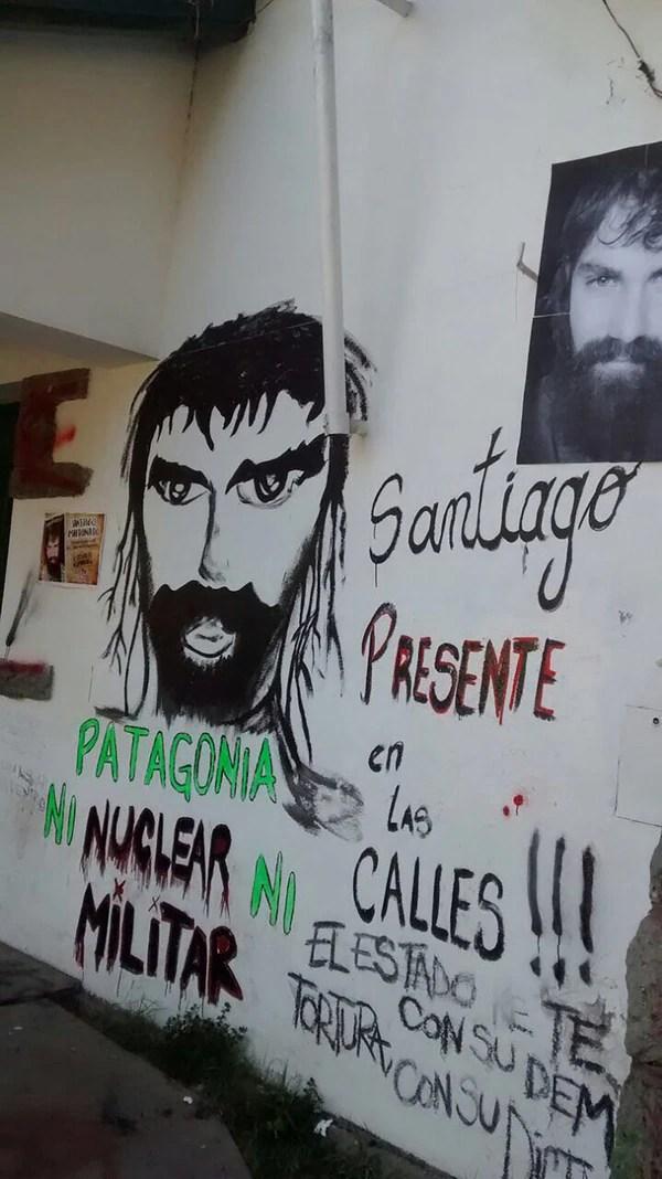 Pintadas en el frente de la Municipalidad de El Bolsón. Los vecinos ya restauraron el edificio.