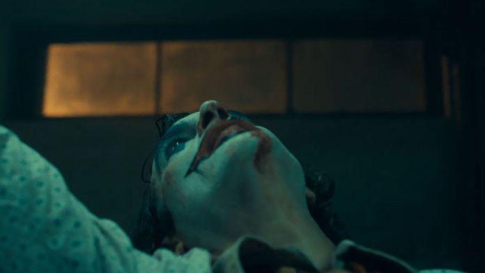 Joker, que ganó en la Mostra de Venecia, muestra a un hombre deprimido que intenta construir una carrera como comediante, pero que es constantemente rechazado y golpeado por la sociedad hasta que decide tomar revancha de una forma excesivamente violenta