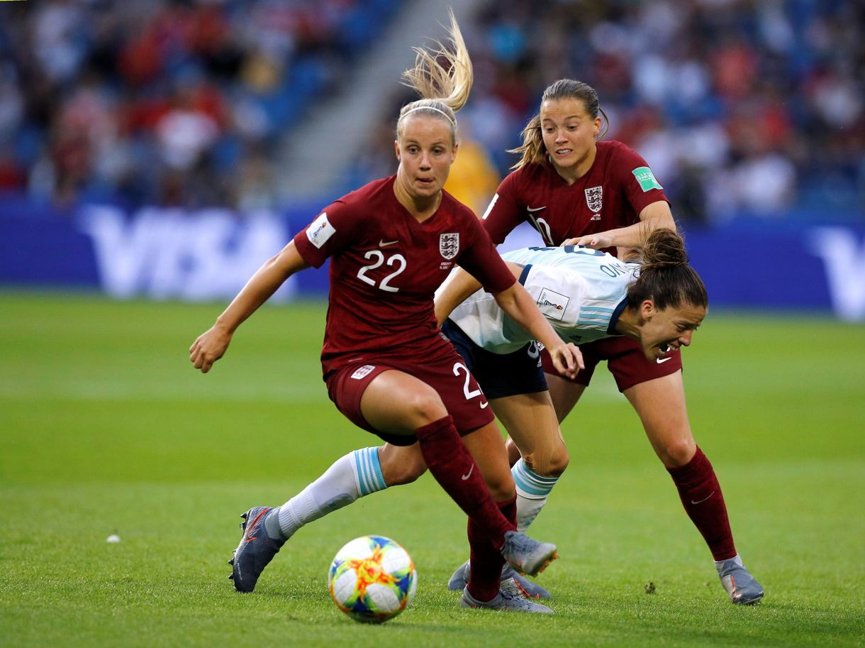 Ruth Bravo disputa la pelota ante Beth Mead y Fran Kirby, de Inglaterra   (REUTERS/Phil Noble)
