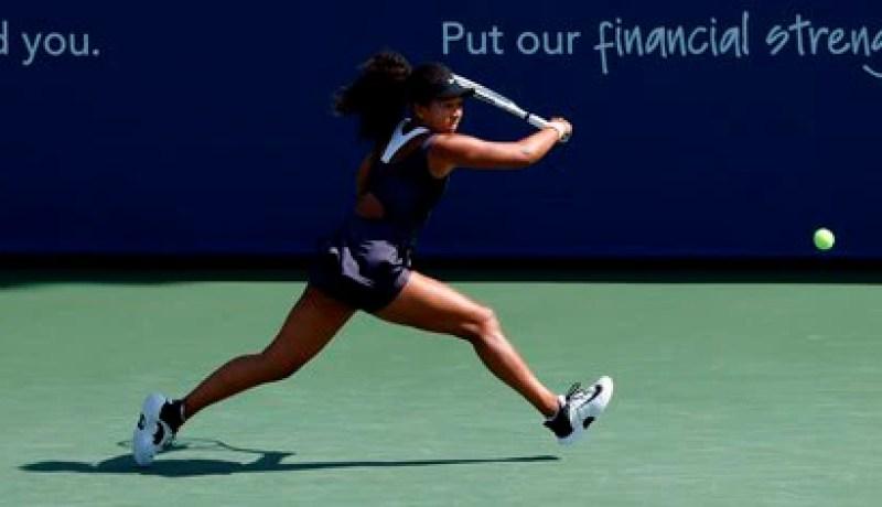 Naomi Osaka en acción frente a Anett Kontaveit de Estonia en USTA National Tennis Center en Flushing Meadows, Nueva York (EE.UU.), hoy 26 de agosto de 2020. EFE/EPA/JASON SZENES