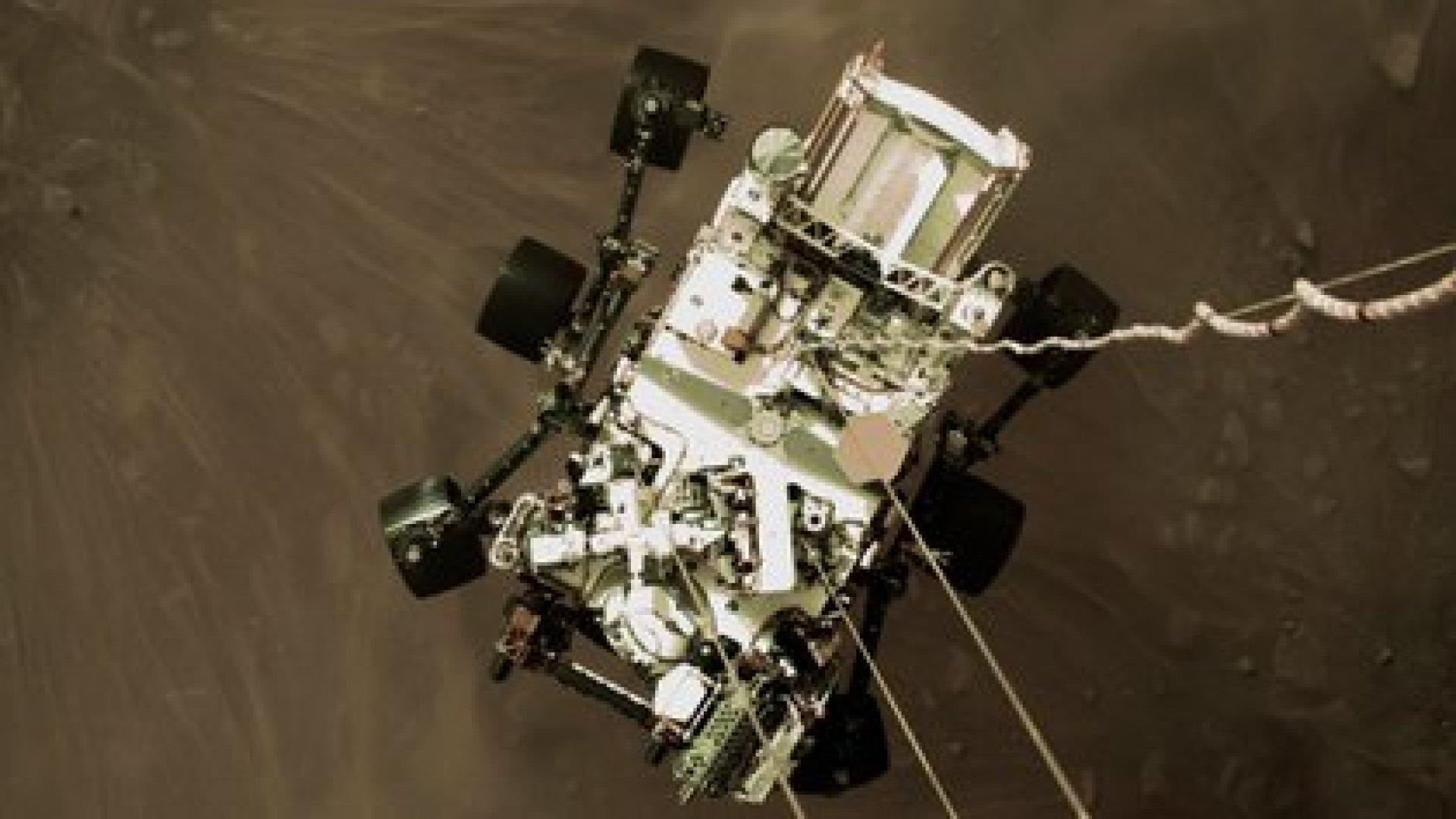 Esta es una imagen fija de alta resolución que forma parte de un video tomado por varias cámaras cuando el rover aterrizó en Marte (NASA/JPL-Caltech)