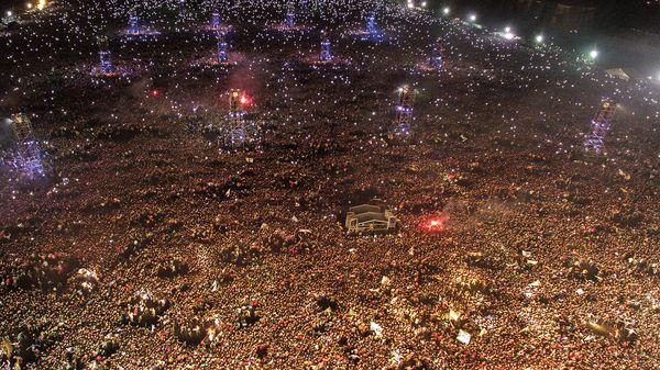 """La multitud durante el tema Jijiji, en el """"pogo más grande del mundo"""" (AFP)"""