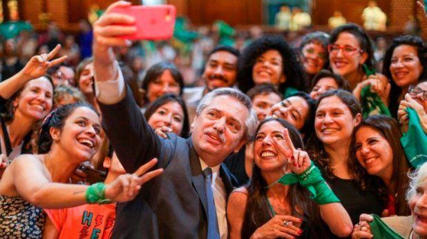 Alberto Fernández se saca una selfie con militantes a favor de la despenalización del aborto