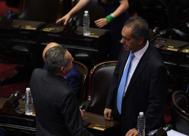 Scioli dialoga con Agustín Rossi, quien asumirá el 10 de diciembre como ministro de Defensa