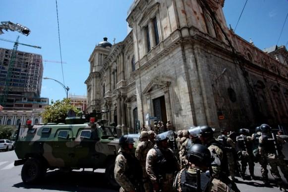Militares en los alrededores del palacio presidencial, en La Paz (REUTERS/Manuel Claure)