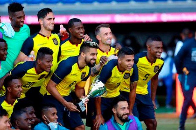 El capitán de Ecuador, Christian Noboa (c), en medio de sus compañeros, fue registrado este lunes al posar con el trofeo otorgado a su equipo por ganarle un partido amistoso a la selección boliviana de fútbol, en el estadio Banco Guayaquil de Quito (Ecuador). EFE/Franklin Jácome