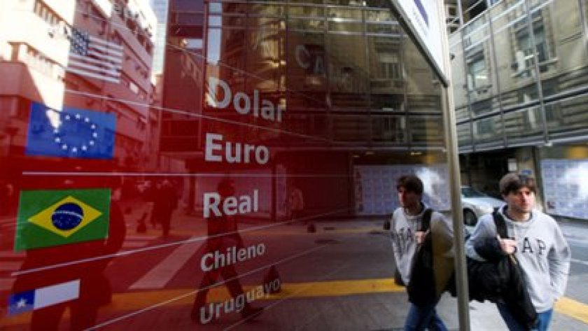 The price in pesos of stable currencies that follow the dollar is usually between the value of the cash with settlement and that of the free dollar (REUTERS / Agustín Marcarian / File Photo)