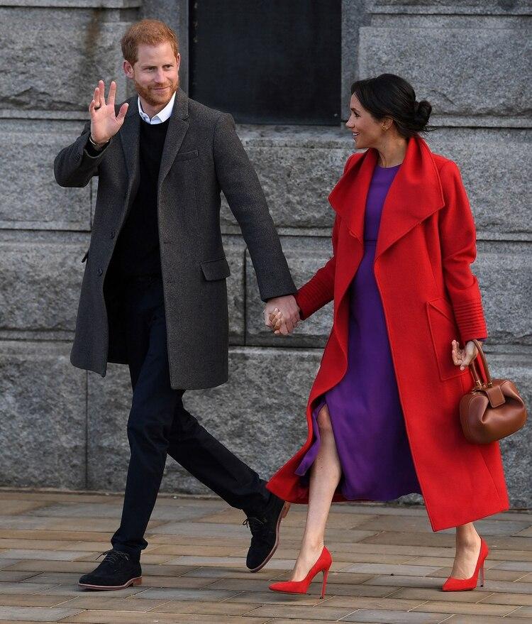Meghan Markle y el príncipe Harry durante un evento oficial en Inglaterra (AFP)