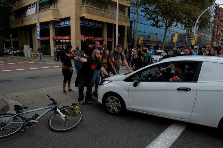 Piqueteros bloquean la Gran Via durante la huelga general en Cataluña (Reuters)
