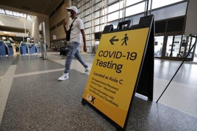 El Aeropuerto Internacional de Los Ángeles, funcionando bajo estrictos protocolos contra el COVID-19 (REUTERS/Lucy Nicholson)