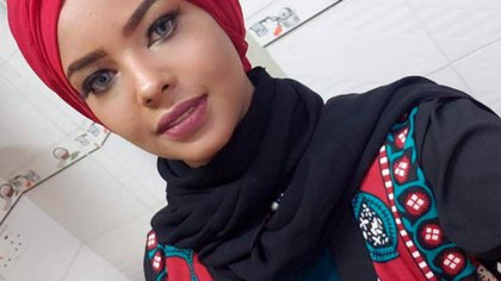 Con vestidos yemeníes o chaquetas de cuero, aparece a veces sin velo, lo que es mal visto en esta sociedad muy conservadora, en particular por los hutíes