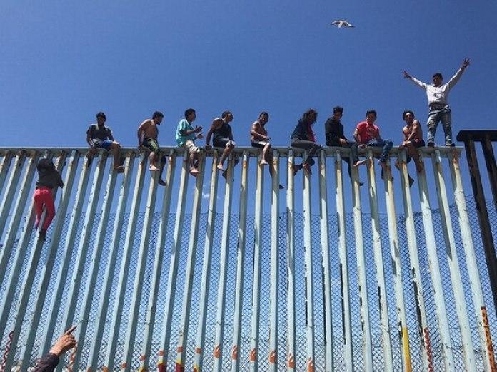 """El tercer puesto es para Verónica G. Cárdenas (EE.UU) con """"Refugee Caravan"""" (Caravana de refugiados). La imagen retrata a integrantes de """"la Caravana de Refugiados 2017"""" en la valla fronteriza que divide a México y los Estados Unidos. Se tomó con un iPhone 6S en Tijuana, Baja California, México."""