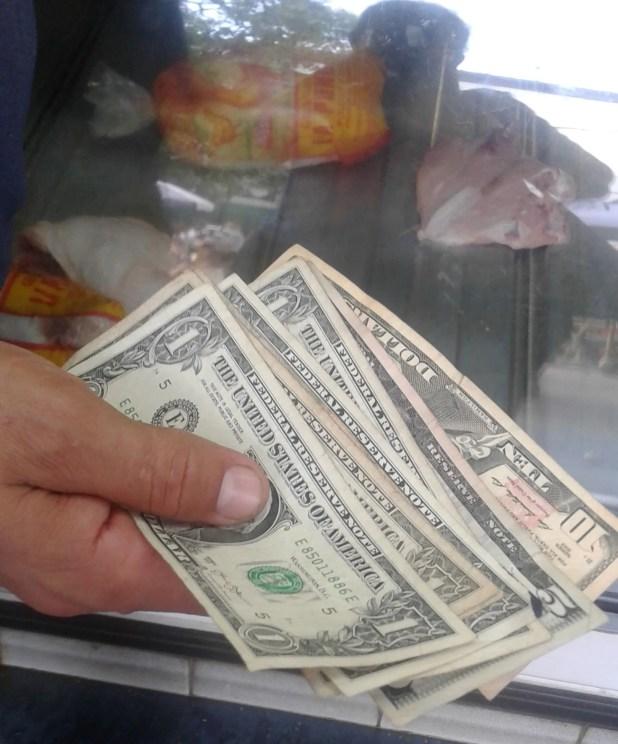 Cada vez es más común ver operaciones en dólares en comercios informales de Caracas