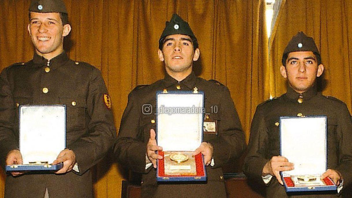 Maradona recibe una plaqueta tras ser campeón del mundo juvenil junto con Escudero y Calderón (Maradona oficial)