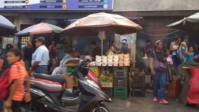 """""""Bachaqueros"""" venden azúcar a granel en un mercado callejero del Petare, la favela más grande Caracas"""