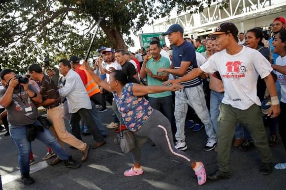 Seguidores del régimen de Maduro agreden a la delegación de Guaidó tras su arribo a Caracas (REUTERS/Manaure Quintero)