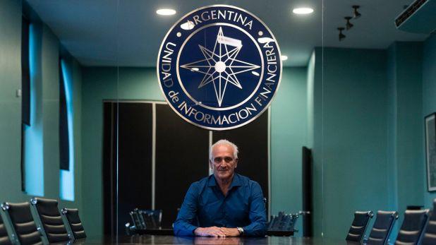 Carlos Cruz, en la sala de reuniones de la UIF, poco antes de dar su primera entrevista en los medios (Adrián Escandar)