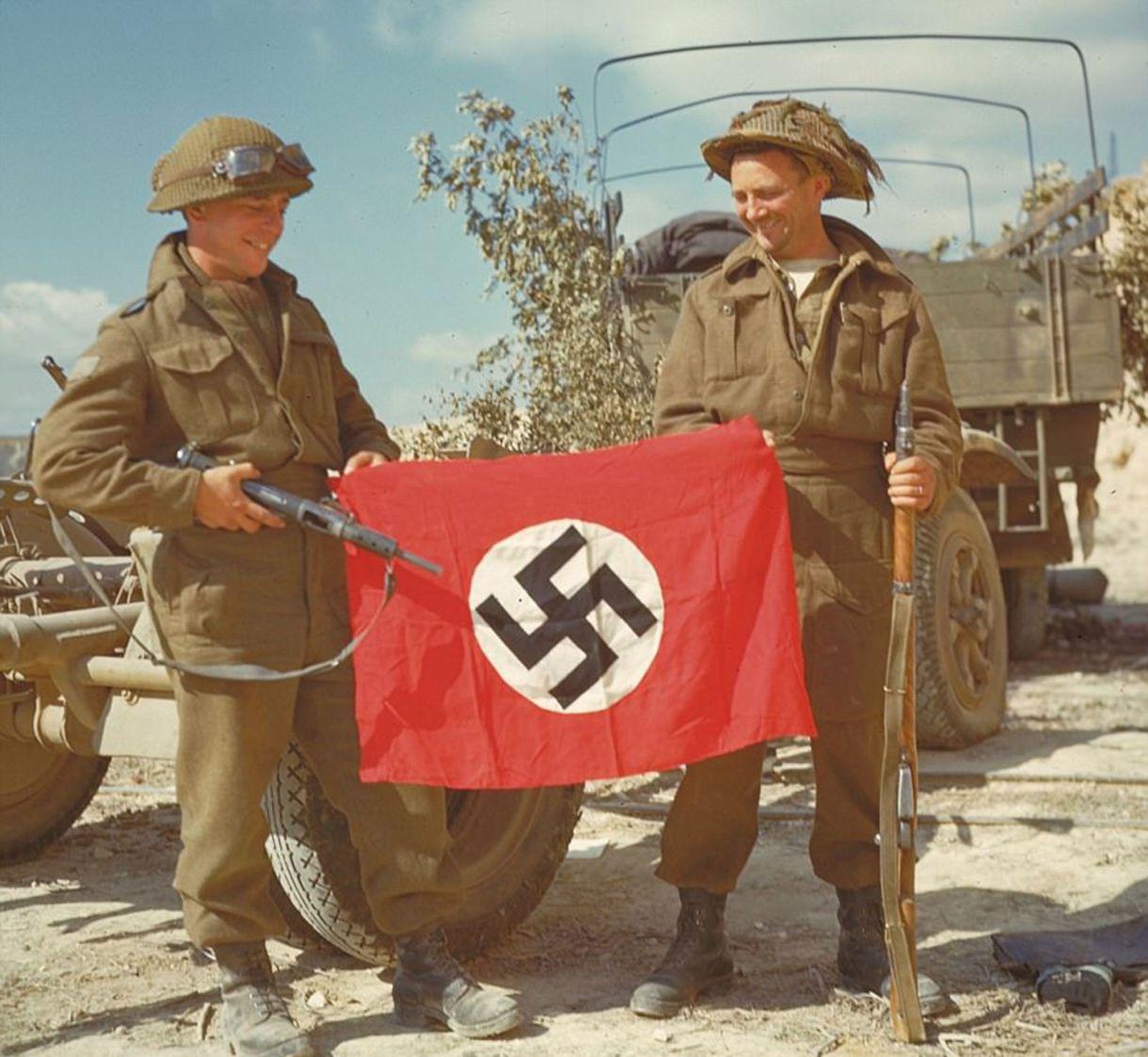 Dos soldados canadienses tras capturar una bandera nazi (National Archives of Canada)